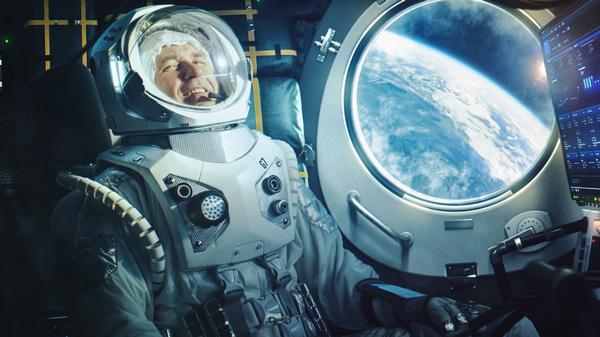 Un feliz astronauta en una nave espacial en órbita.