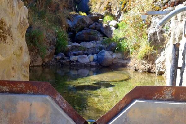 El vertedero mide cuánta agua fluye hacia la amuna.