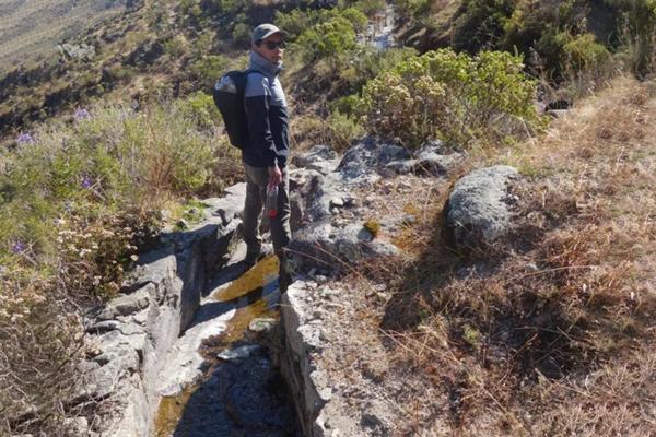 El investigador Boris Ochoa-Toachi parado sobre una porción de una amuna.
