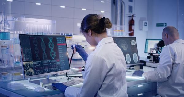 Científicos estudiando el Genoma Humano.