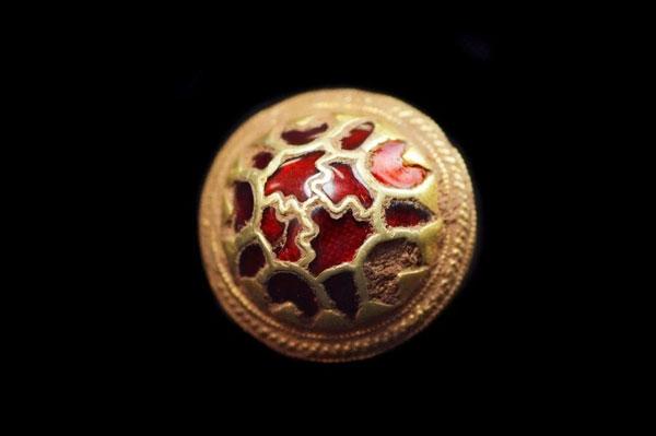 Un tachón de oro y granate del tesoro que demuestra el minucioso trabajo de los anglosajones.