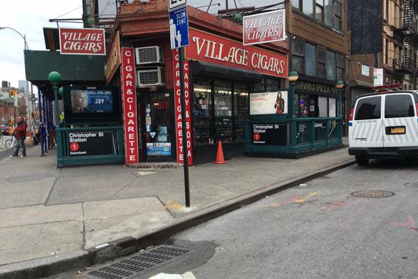 Ubicación del triángulo, justo en la esquina junto a la tienda Village Cigars en la boca de la estación de Christopher Street del metro de Nueva York