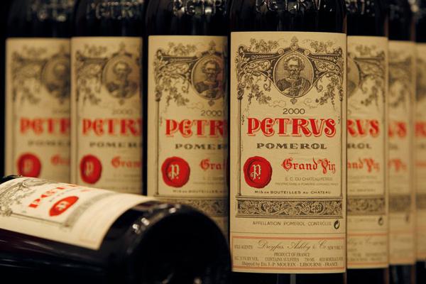 Botellas de Chateau Petrus 2000 se muestran en una conferencia de prensa antes de una subasta de vinos en Hong Kong. La casa Sotheby's pondrá a la venta una botella que permaneció 14 meses en la Estación Espacial Internaciona.