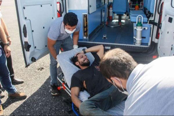 El piloto sobreviviente es trasladado por personal médico